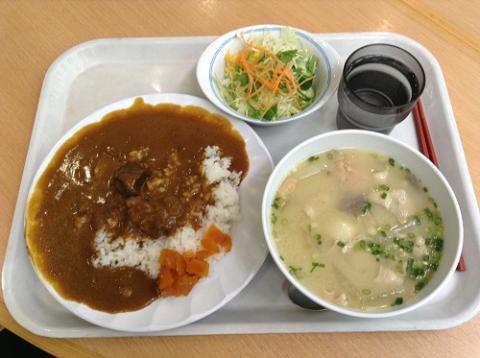 熊本県庁の地下食堂でビーフカレー・サラダ付と豚汁を食べた