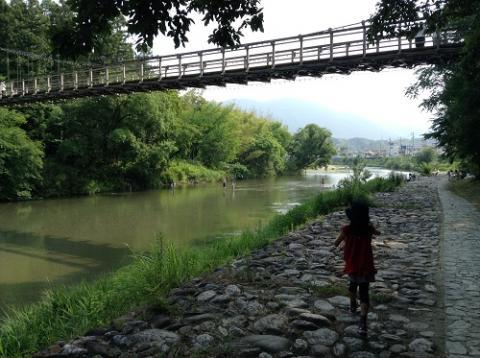 内子フレッシュパークからりの目の前を流れる小田川で遊ぶ