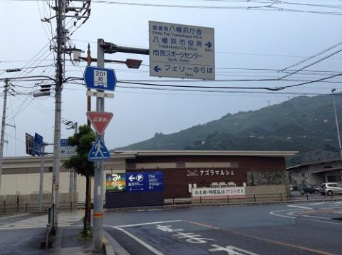 愛媛県道27号の交差点(アゴラマルシェ前)付近を歩いて見える光景