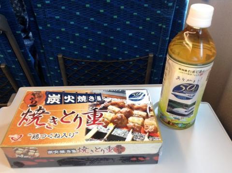 新幹線のぞみ23号車内で駅弁「炭火焼き風 焼きとり重」を食べる