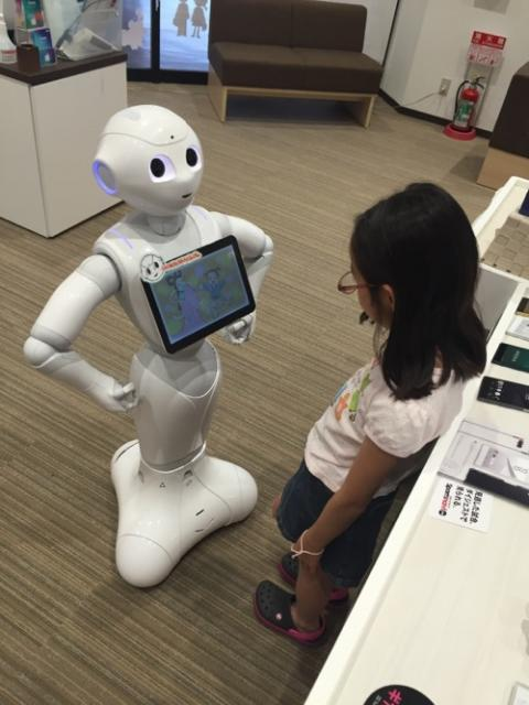SoftBankショップでPepperのハイテク紙芝居を観る娘