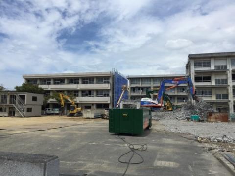 解体工事中の旧余土中学校校舎等の様子-2016年9月3日昼頃