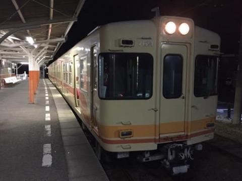 夜の静かな伊予鉄道高浜駅から乗る20時43分発の貸切電車