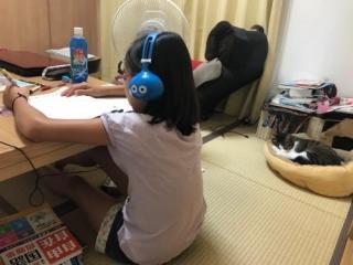 ドラゴンクエスト スライムヘッドフォンで音楽を聴きながら勉強する小学6年生の娘と猫ベッドで眠る猫-ゆきお