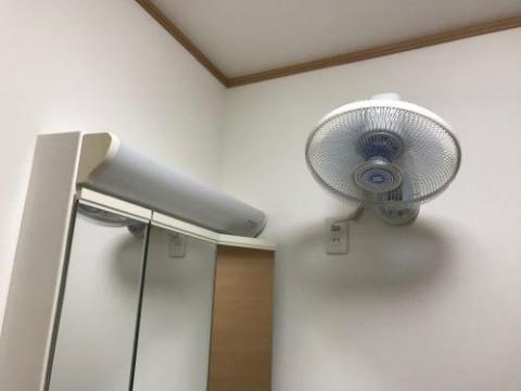 東芝 壁掛け扇風機 TLF-30WR2で風呂上りに風を浴びると気持ちいい - 自宅脱衣所にて