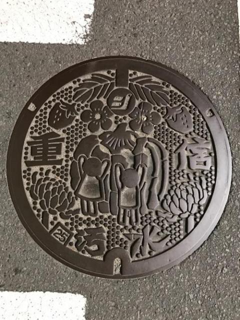 愛媛県東温市のマンホールの蓋 - フジグラン重信店 生活館の横断歩道にて
