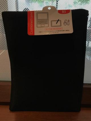 100円ショップ・キャンドゥでB5サイズのパソコンに使えるケースを購入した