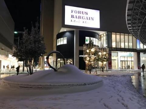 雪に埋もれるやかんは美しい