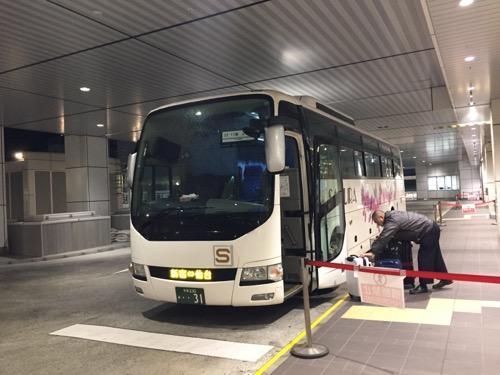 新宿バスターミナルに停車中のさくら観光の夜行バス