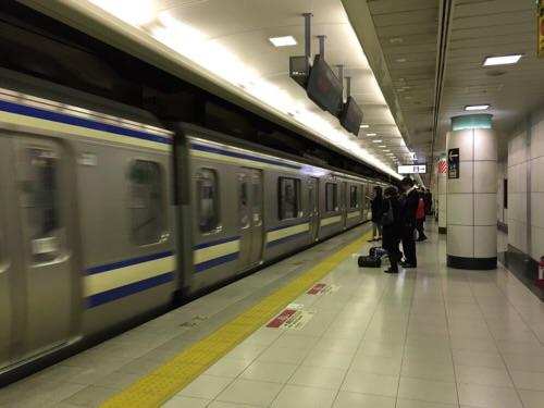 成田空港第二ターミナル 空港第二ビル駅のホームに到着しつつある総武快速線の最終列車