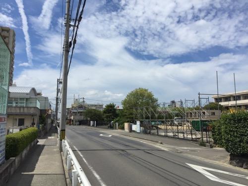 解体中の余土中学校校舎-2016年9月3日-余土小学校前の歩道より眺めた様子3