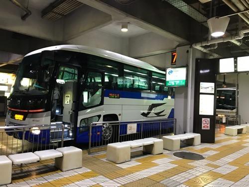 万代シテイバスセンター7番乗り場に停車中の仙台行の高速バス(側面)