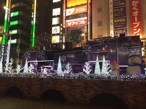 新橋SL広場クリスマスイルミネーションで飾られた蒸気機関車の側面より