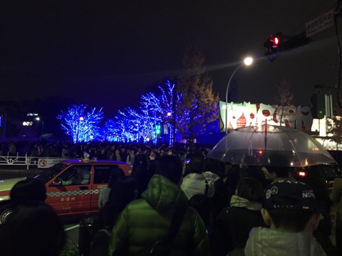 青の洞窟 SHIBUYA前の横断歩道と人混み