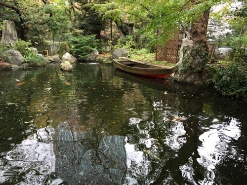 愛宕神社境内にある風流な池と池に浮かぶ小舟