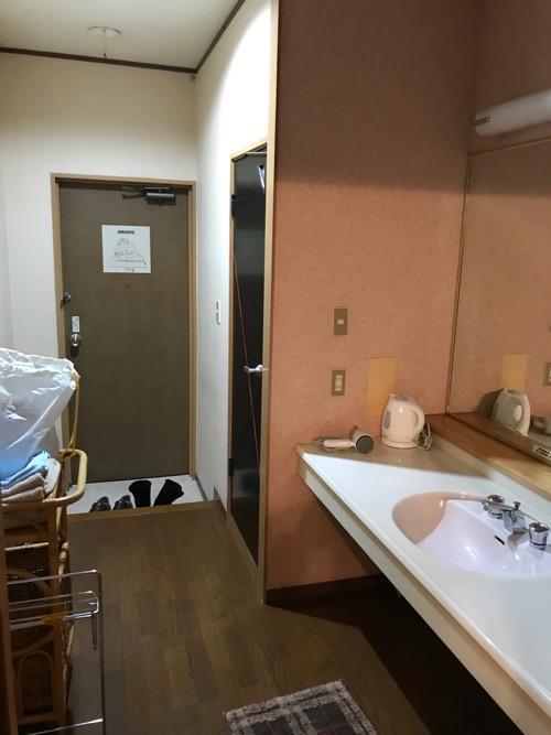 星乃岡温泉 千湯館 家族風呂・宿泊用の部屋「石の湯 305号室」の脱衣籠、玄関、洗面台