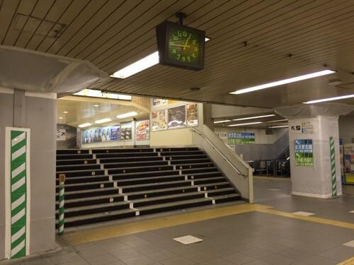 JR新橋駅の山手線、京浜東北線のホームに上がるための階段