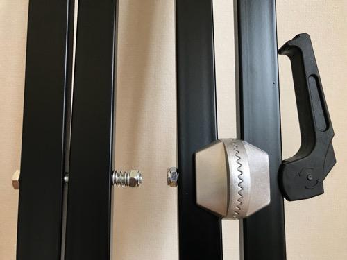 Dicon Audio KS-020 Keyboard Stand X型キーボードスタンド ダブルレッグの高さ調節レバーが閉じており、かみ合わせ部分がしっかりとかみ合って固定されている状態