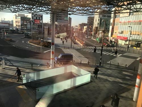 星乃珈琲店朝霞店の店内の窓から眺めた朝霞駅前の様子