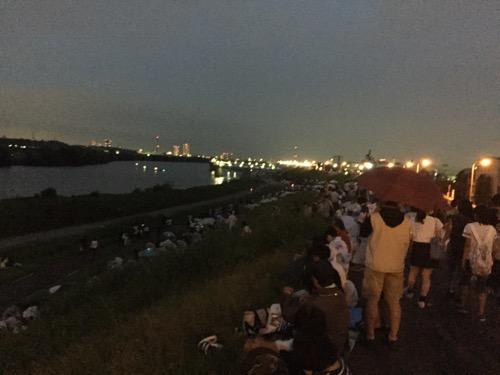 第50回葛飾納涼花火大会の会場・江戸川河川敷の19時16分頃の様子