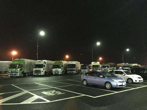 東北自動車道・夜の福島松川PA(パーキングエリア)の駐車場エリア