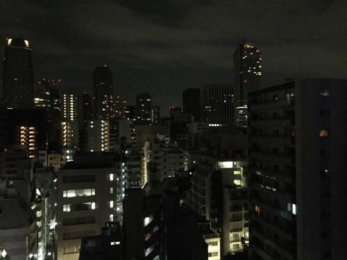 アパホテル新橋御成門の客室内からの眺めー夜景