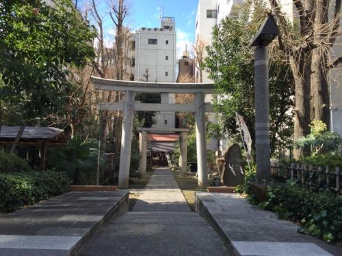 東京都港区新橋の盬竃神社(塩釜神社)-参道と鳥居