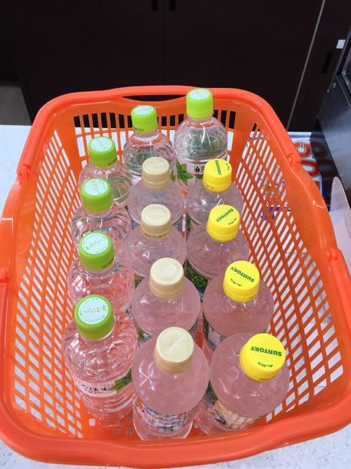 セブンイレブンのカゴに入る14本の飲料水