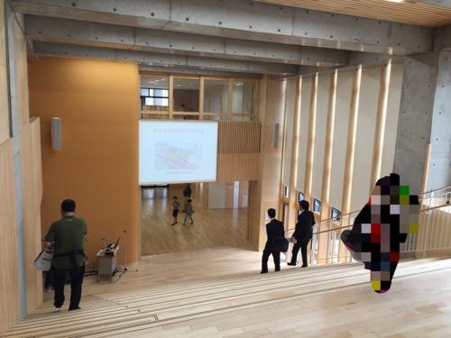 余土中学校の新校舎棟2階のコモンスクエア