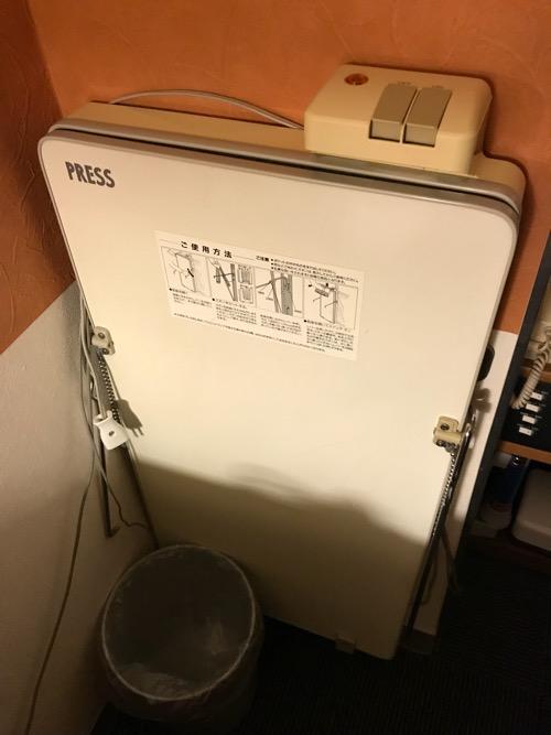 新潟第一ホテルのダブルルームのズボンプレッサー