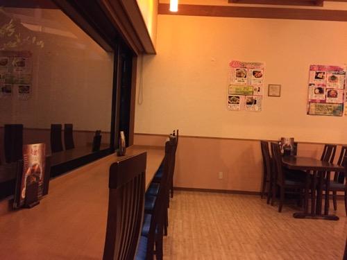 笑がおの湯 松戸矢切店の食堂の窓際カウンターとテーブル席
