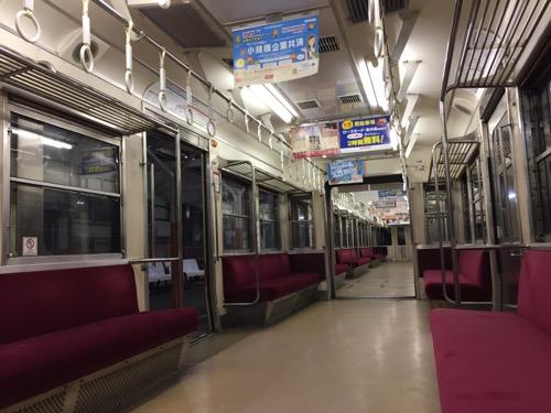 高浜駅に停車中の伊予鉄道郊外電車の誰もいない車内