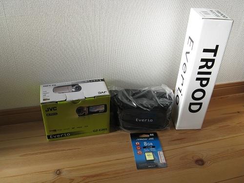 ビデオカメラ「Everio GZ-E265-N(ピンクゴールド)」(株式会社JVCケンウッド)およびそのおまけ(ビデオカメラケース、三脚、8GBのSDカード)