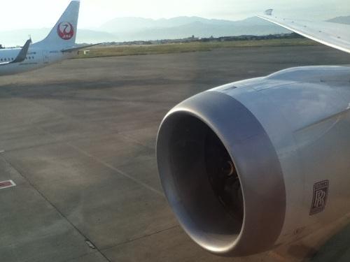 ANA 582便の右翼のエンジン付近の座席から見た松山空港離陸前の風景