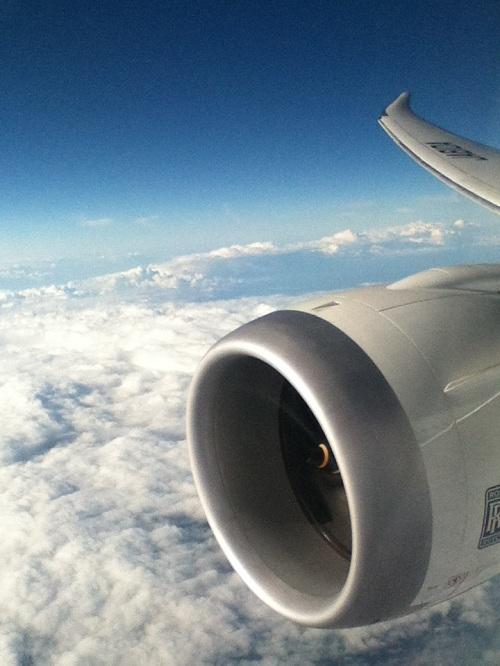 ANA 582便の右翼のエンジン付近の座席から見た松山空港離陸後の風景