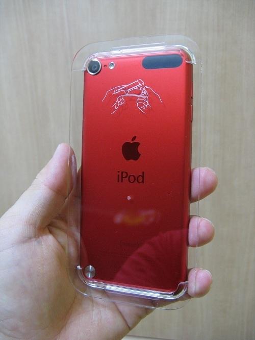 刻印入りiPod touch 32GB - (PRODUCT) REDの写真……プラスチックカバーで覆われている