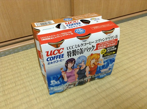 「UCCミルクコーヒー エヴァンゲリヲン缶 特製6缶パック」のパッケージに描かれる真希波・マリ・イラストリアス、レイ、アスカ