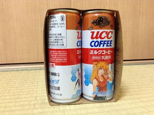 「UCCミルクコーヒー エヴァンゲリヲン缶 特製6缶パック」のパッケージ横から見える缶コーヒー(アスカが見える)