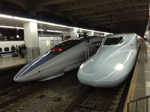 こだま822号広島行新幹線の左隣に停車する500系の新幹線