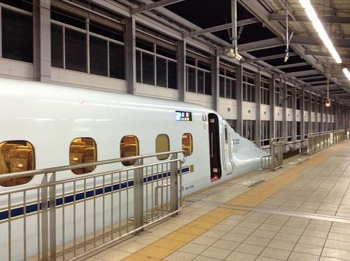 小倉駅に停車中の新幹線(こだま822号広島行)