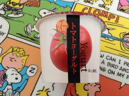 「高知育ち トマトヨーグルト」(ひまわり乳業株式会社)のカップ側面の美味しそうなトマトの絵