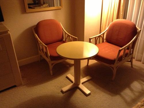 ヨコハマ グランド インターコンチネンタル ホテルの室内の椅子とテーブル