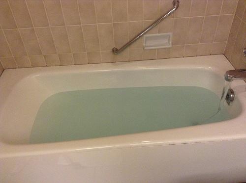 ヨコハマ グランド インターコンチネンタル ホテルの浴槽(入浴剤「BATH SALT」投入後)