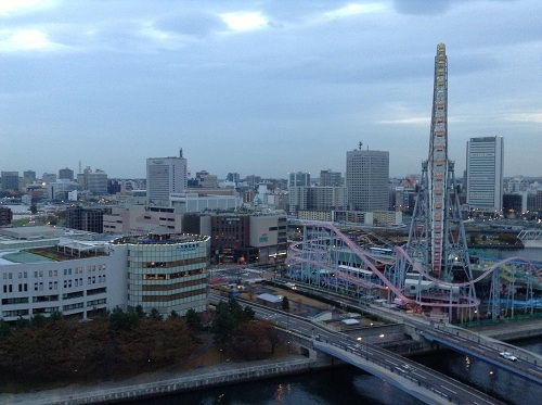 ヨコハマ グランド インターコンチネンタル ホテルの13階の部屋から眺めた横浜みなとみらい地区21付近(観覧車側)の朝6時20分の風景