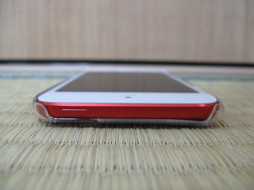 「iBUFFALO iPod touch(2012年発表モデル)専用 3Hハードケース iPod touch loop対応モデル 液晶保護フィルム付」の透明ハードケースを装着したiPod touch 5の上部側(電源ボタンがある側)