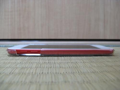 「iBUFFALO iPod touch(2012年発表モデル)専用 3Hハードケース iPod touch loop対応モデル 液晶保護フィルム付」の透明ハードケースを装着したiPod touch 5の左側(音量調節ボタンがある側)