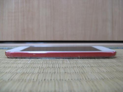 「iBUFFALO iPod touch(2012年発表モデル)専用 3Hハードケース iPod touch loop対応モデル 液晶保護フィルム付」の透明ハードケースを装着したiPod touch 5の右側(何もない側)