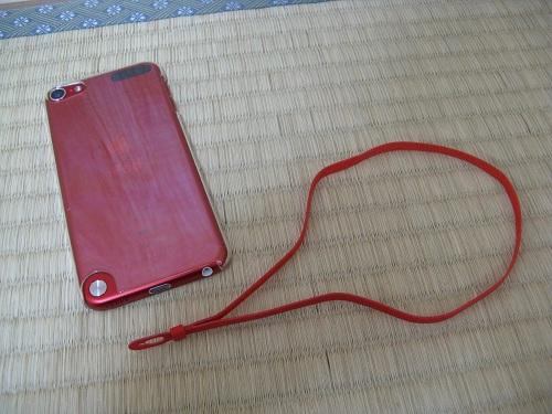 iPod touch 5に付属していた赤いストラップとiPod touch 5本体