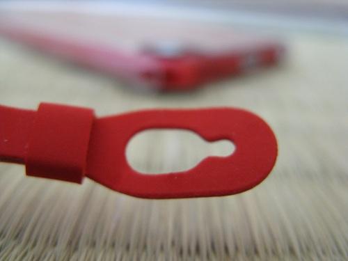 iPod touch 5本体のストラップ(loop)の哺乳瓶のような形をした穴