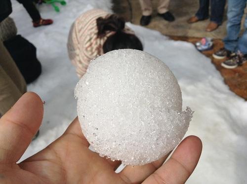 エミフルMASAKIの雪山出張イベントで娘が作成した雪玉を手に取る私